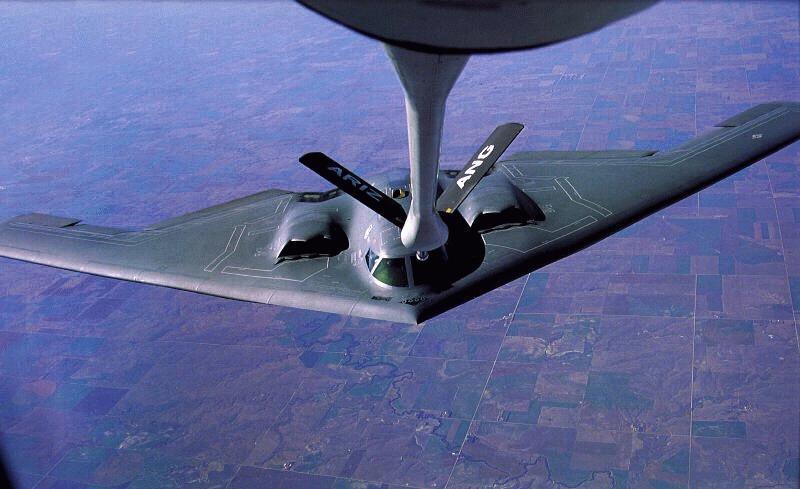 المقنبلة الاستراتيجية B-2 Spirit B-2bomber-refuel